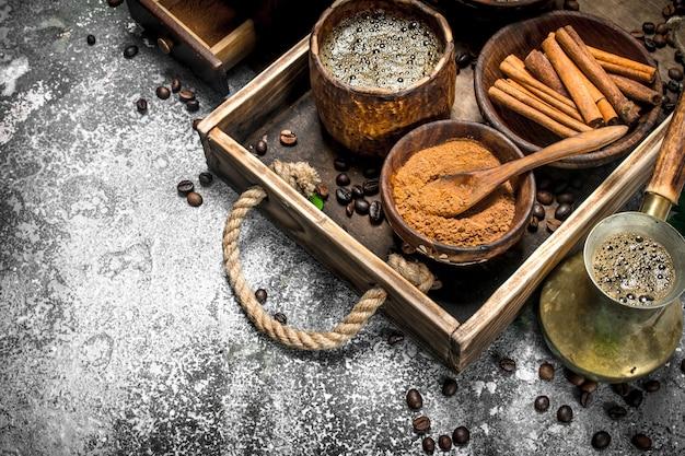 Фон кофе. сваренный кофе по-турецки с сахаром, корицей и кофейными зернами. на деревенском фоне.