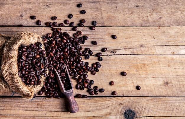 コーヒー、バッグ、古いさびた背景にスクープ
