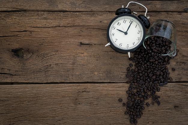 Часы для кофе в зернах ставят на стол