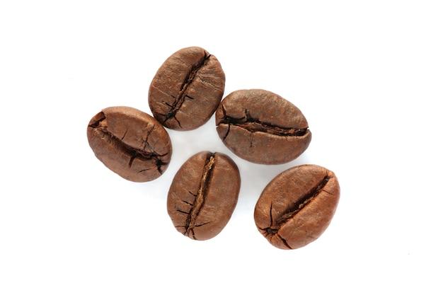 Кофе в зернах вырезано на белом фоне.