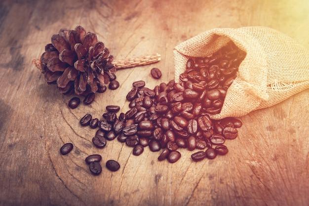 木製のテーブルに黄麻布のコーヒー豆