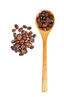 白の木のスプーンで分離されたコーヒー豆