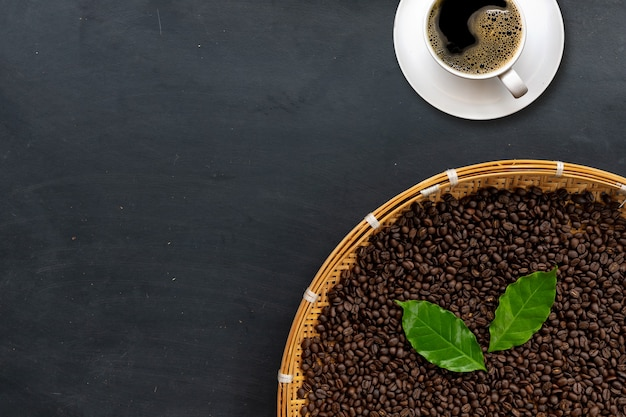 Кофе в зернах на черном цементном полу