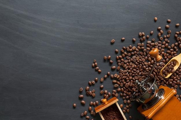 검은 나무 바닥 배경에 커피 콩입니다. 평면도. 텍스트를위한 공간