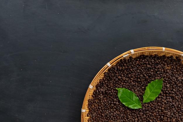 검은 나무 바닥 배경에 커피 콩