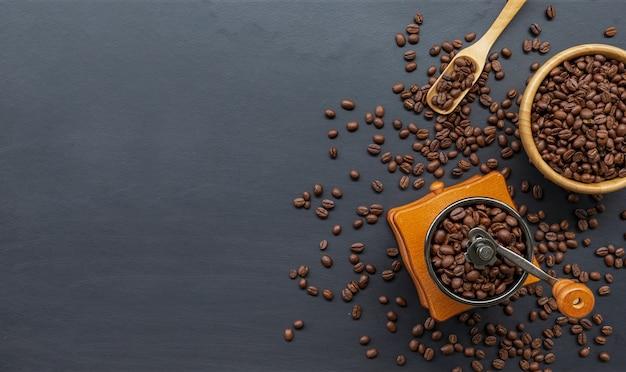 검은 나무 바닥에 커피 콩