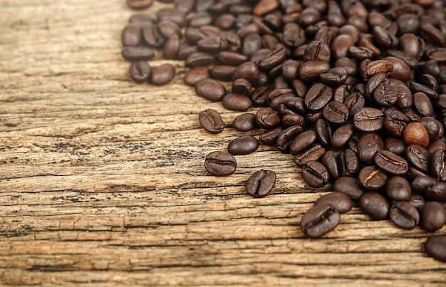 Кофе в зернах на деревянных фоне гранж