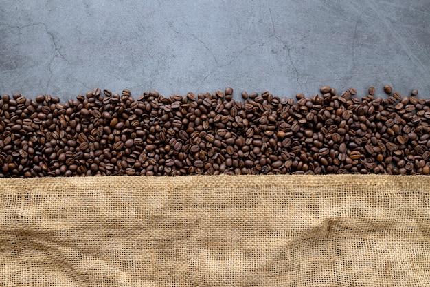 Кофе в зернах на старом цементном полу Premium Фотографии
