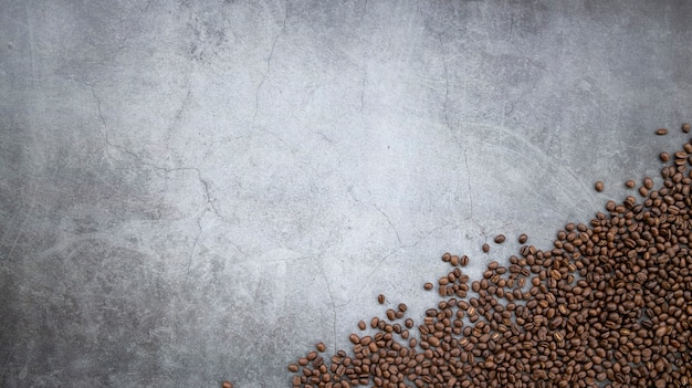 Кофе в зернах на старом цементном полу