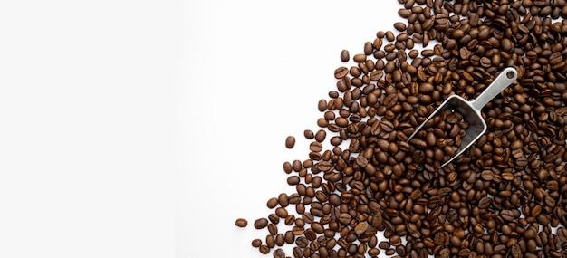 흰색 테이블 배경에 커피 콩