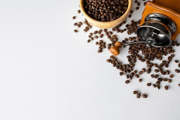 흰색 테이블에 커피 콩