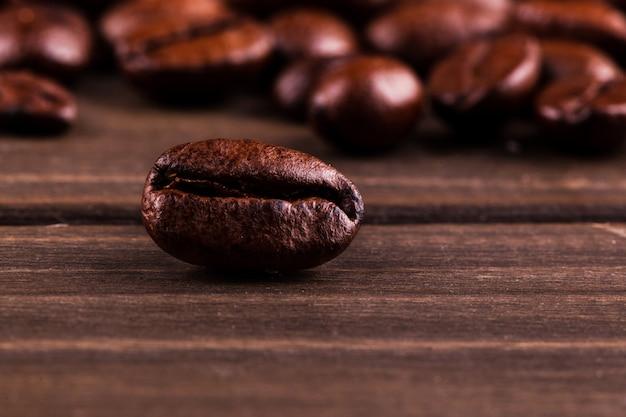 Кофе в зернах на деревянном столе