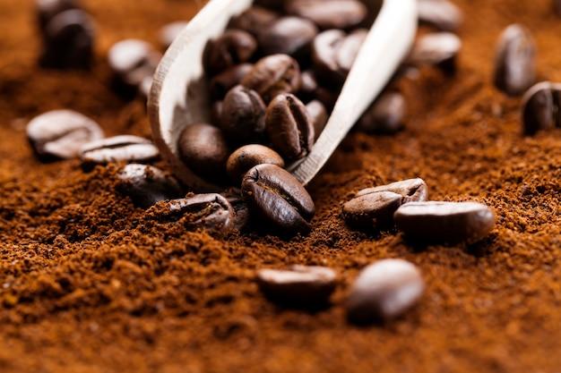 コーヒー豆の粉末、全粒豆、焙煎したコーヒー豆を挽いたコーヒーの上に置き、温かく爽快なコーヒー飲料を作るための材料