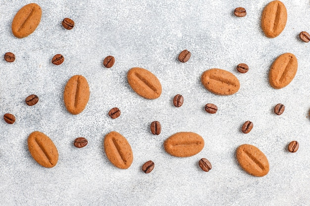 コーヒー豆の形をしたクッキーとコーヒー豆。