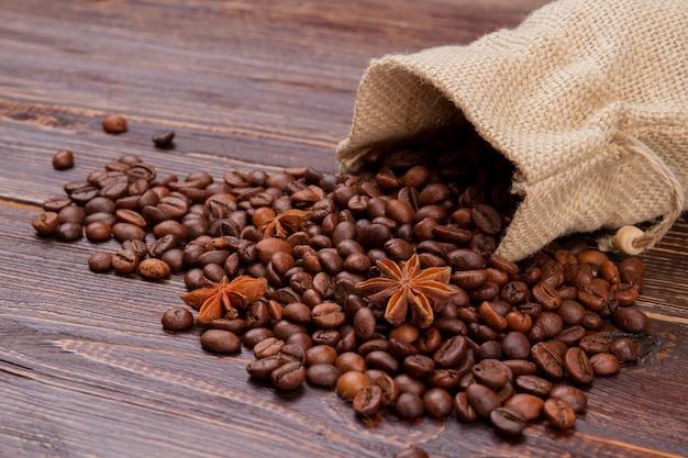 袋からこぼれたコーヒー豆とアニス