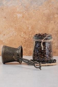 커피 원두와 흰색 배경에 cezve입니다. 고품질 사진