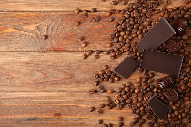 テーブルの上のコーヒー豆とチョコレート
