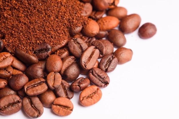 コーヒー豆とコーヒーパウダー(挽いたコーヒー)背景白