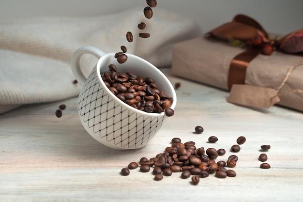 コーヒー豆とカップが浮揚する