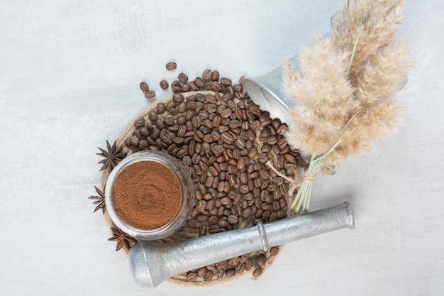나무 조각에 원두 커피와 원두 커피. 고품질 사진