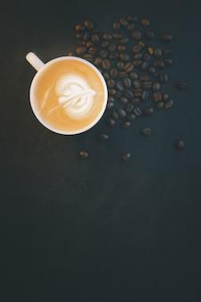 커피 원두와 검은 배경에 지상 분말. 복사 공간이있는 평면도