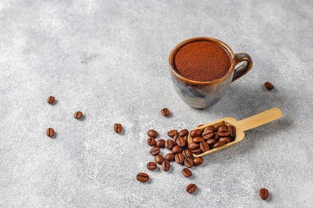 커피 원두와 가루 가루.