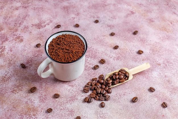 Кофейные зерна и молотый порошок.