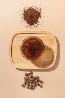 抗セルライト手順のためのコーヒー豆と自家製の天然スクラブ。ゼロウェイスト、環境にやさしい
