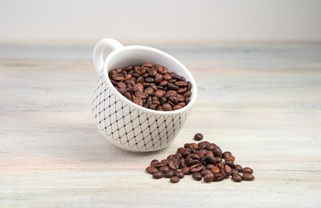 コーヒー豆と浮揚コーヒーカップ