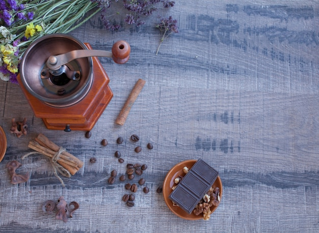커피 원두와 오래 된 커피 밀
