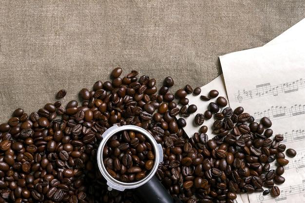 黄麻布の背景にコーヒー豆と楽譜
