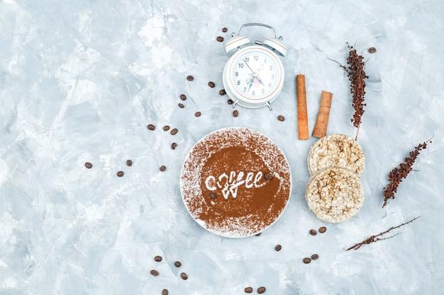 Кофейные зерна и специи на гранж-фон