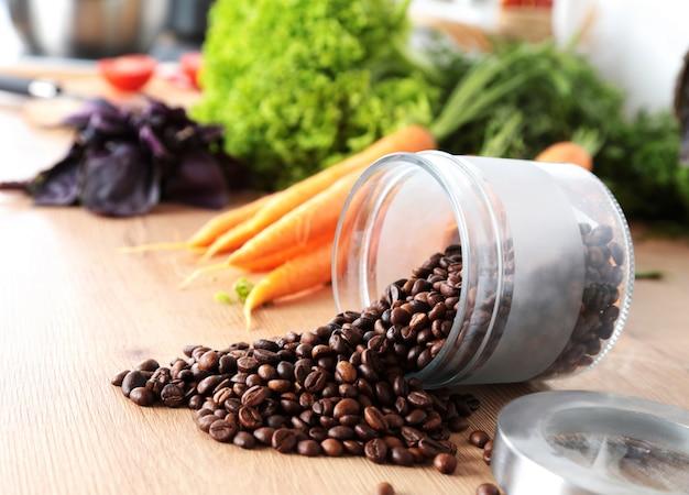 コーヒー豆と野菜の台所のテーブル