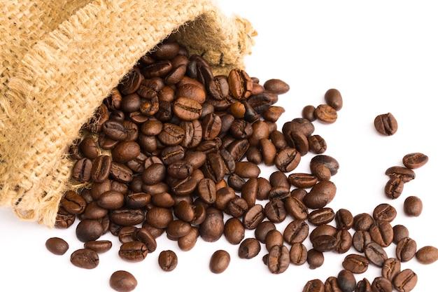 린넨 백에서 커피 콩을 부어