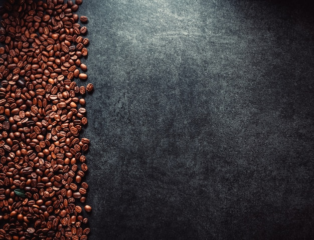 Кофе в зернах за столом