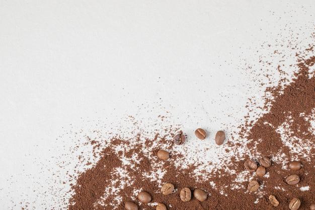 Chicchi di caffè su miscela di caffè o cacao in polvere.