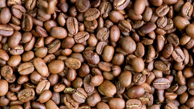 テーブルの上のコーヒー豆のクローズアップ。セレクティブフォーカス。自然