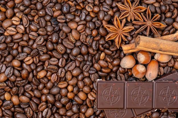 コーヒー豆のクローズアップ、上面図シナモン、ヘーゼルナッツ、チョコレート、背景画像