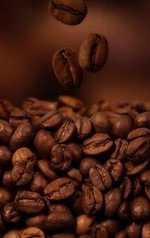 背景としてのコーヒー豆のクローズアップ