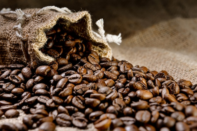 Кофе в зернах - кофе в зернах в льняной сумке - выборочный фокус