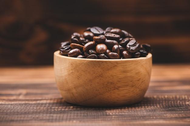 커피 콩. 커피 콩의 전체 커피 컵입니다.
