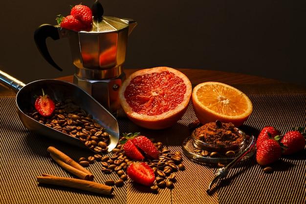 Grapfruitオレンジストロベリーとコーヒーグラインダーを使用したコーヒー豆の組成