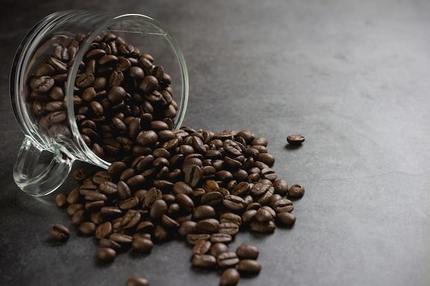 Chicchi di caffè in tazza sul tavolo