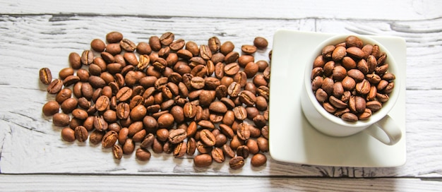 나무 배경에서 아침 식사를 요리하기 위한 커피 콩. 텍스트에 대 한 copyspace입니다. 평면도. 플랫레이.