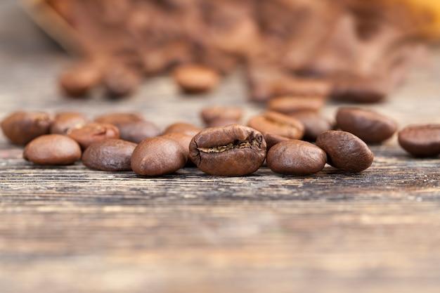 맛있는 커피 생산을 위한 커피 콩, 생 또는 볶은 형태의 향기로운 커피 콩