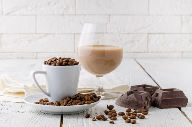 白いセラミックカップからのコーヒー豆