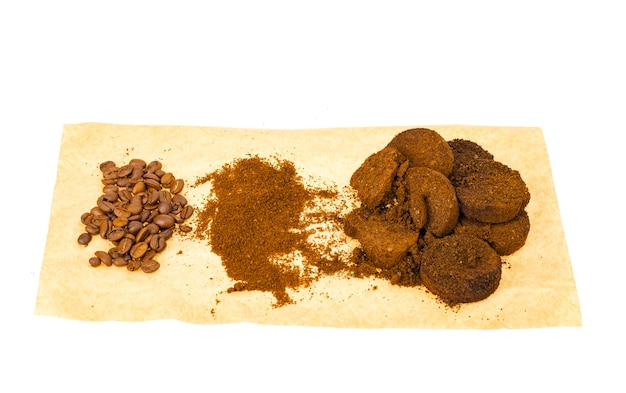 커피 원두, 분쇄 및 프레스 된 에스프레소 잔류 물.