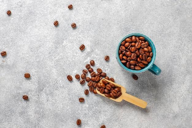 Chicchi di caffè e polvere macinata.