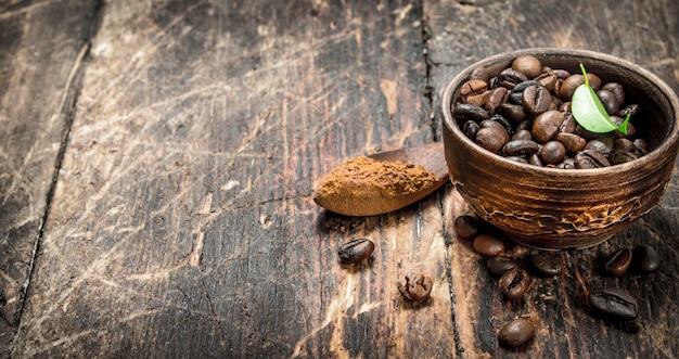 木製の背景のボウルにコーヒー豆