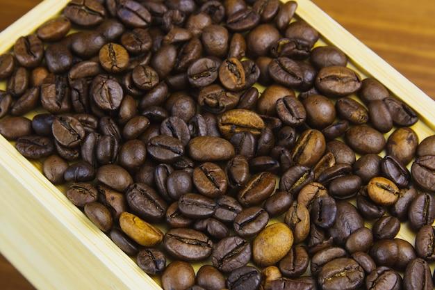 나무 테이블에 상자에 커피 콩.